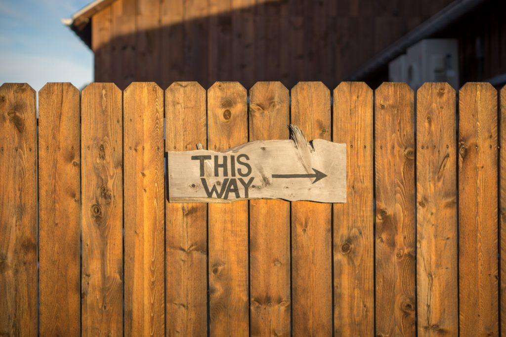 幸せの方向を示す看板